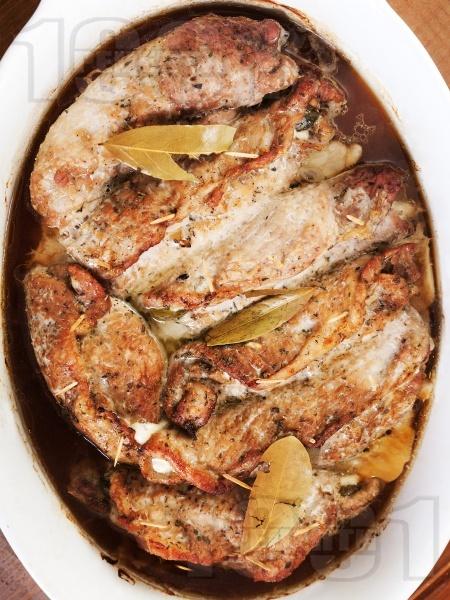 Печено вретено / роле / руло / руладини от свински пържоли с плънка от гъби, дафинов лист, кашкавал и кисели краставички на фурна - снимка на рецептата